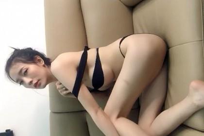 美女主播在沙發上大秀直播